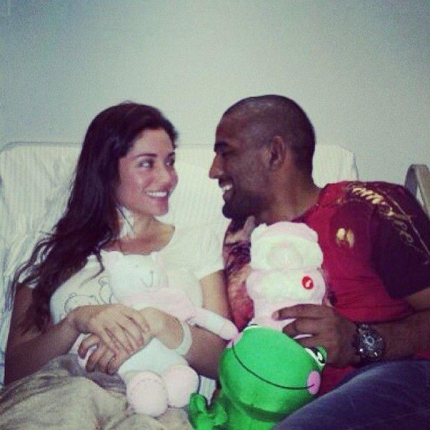 Maria no hospital com o noivo, o lutador Serginho Moraes / Divulgação/Instagram