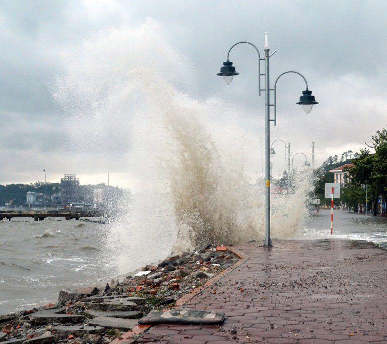 Forte onda atinge rua costeira na província de Quang Ninh, no Vietnã. / AFP/Vietnam News Agency