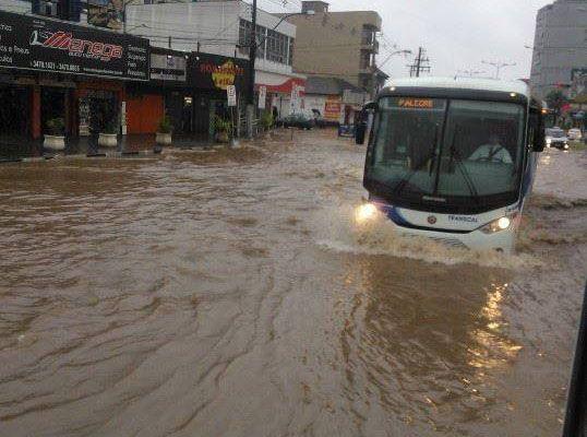 O município pode ter responsabilidade pelos prejuízos da chuva, e assim ter o dever cível de indenizar os prejuízos sofridos pelos particulares