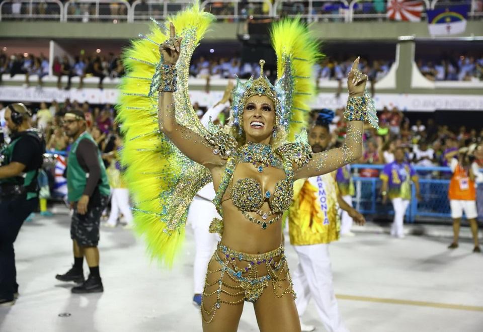 Famosas brilham na Sapucaí no primeiro dia de desfiles