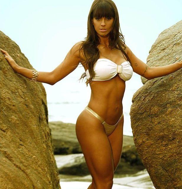 Carol Dias exibe curvas perfeitas em calendário