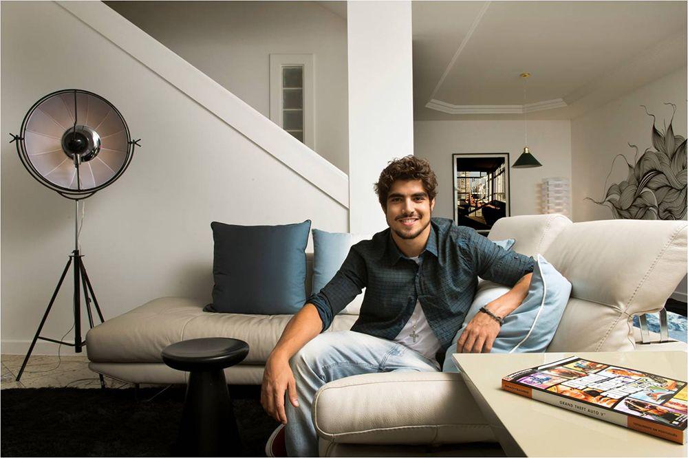 Caio Castro abre as portas de sua casa após reforma