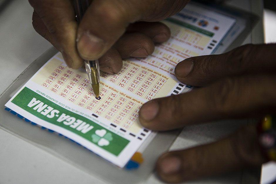 Ao todo, 195 bilhetes fizeram a quina e devem levar, cada, valor de R$ 12.990,53 / Eduardo Anizelli / Folhapress