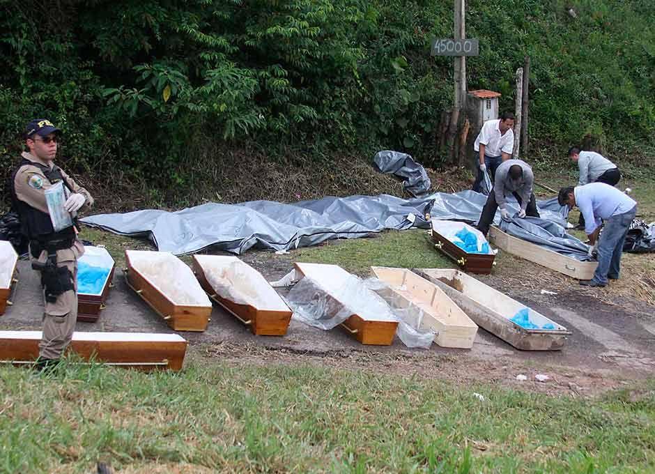 Corpos das vítimas foram colocados em caixões no local do acidente / Everaldo Silva/Futura Press/Folhapress/Arquivo