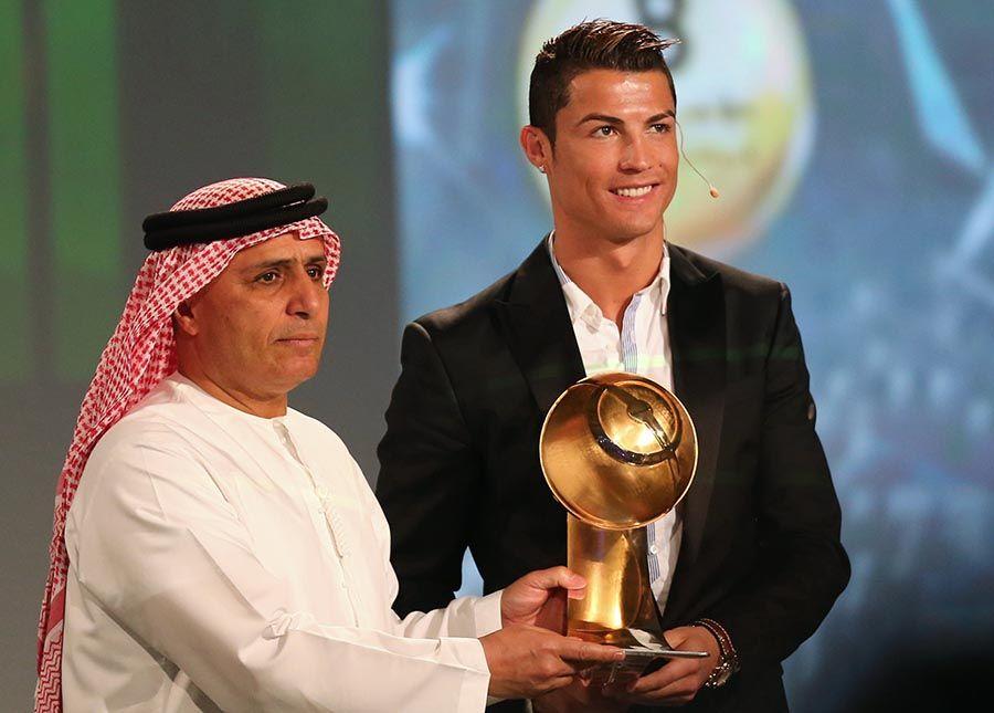 Cristiano Ronaldo recebe prêmio em Dubai / Marwan Naamani / AFP