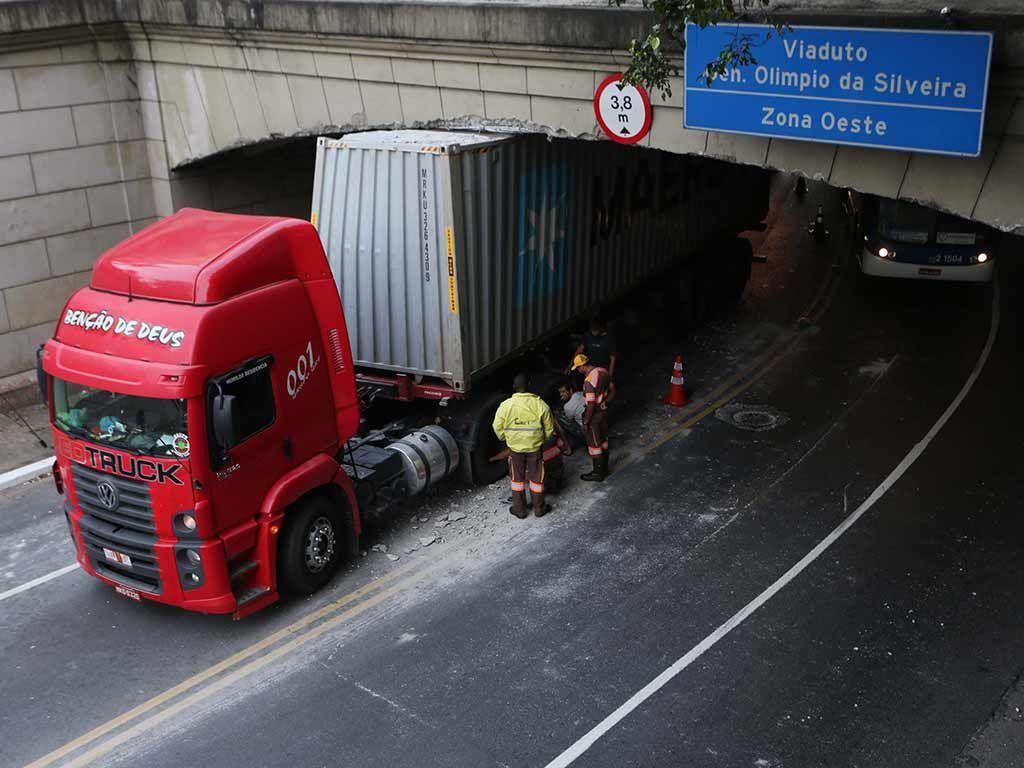 SP: por mês, dois caminhões entalam em pontes e viadutos