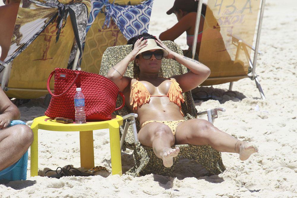 Dani Sperle renova bronzeado em praia carioca / Dilson Silva/AgNews