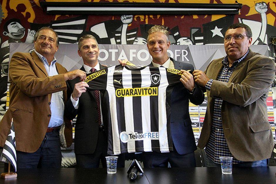 Dirigentes do clube e da empresa mostram a camisa do Botafogo / Divulgação/Assessoria de imprensa do Botafogo