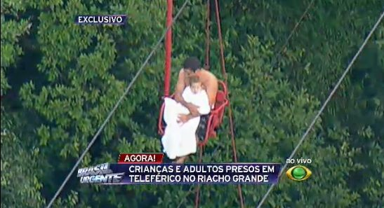 Homem com criança no colo é resgatado de rapel / Reprodução/Brasil Urgente