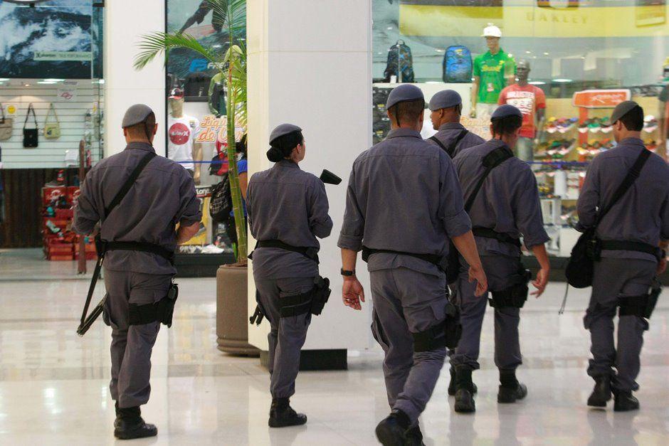 No Shopping Itaquera (SP), policiais circulam após rolezinho / Robson Ventura/Folhapress