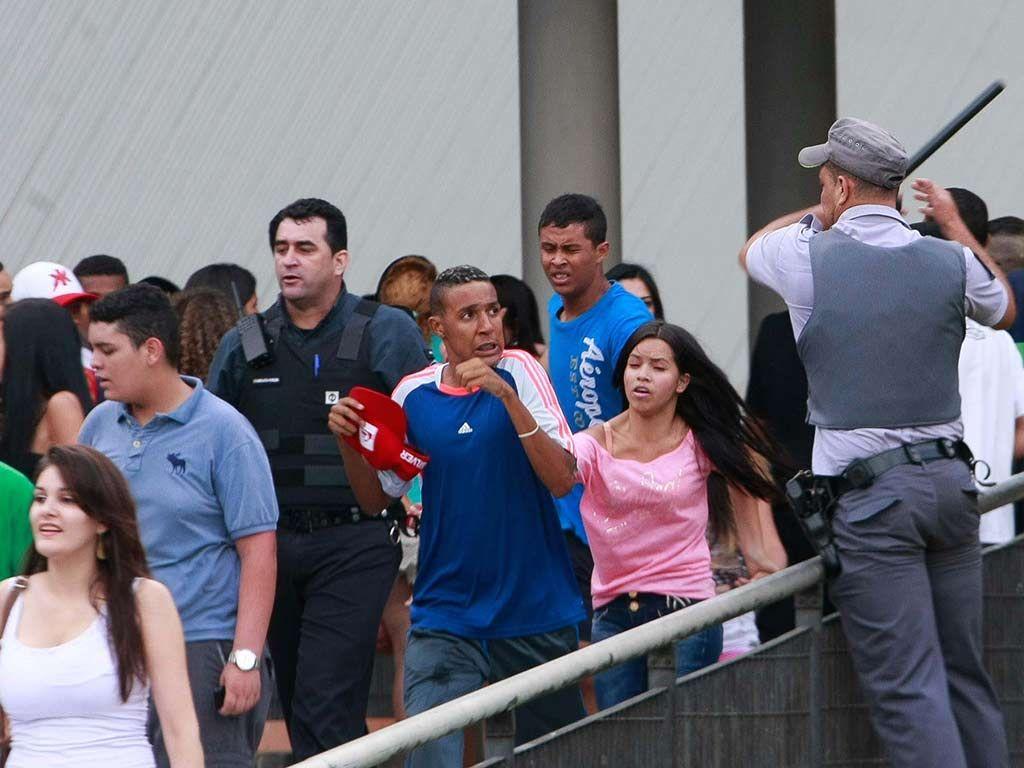 Polícia agiu contra participantes de 'rolezinho' no shopping Itaquera, em São Paulo / Robson Ventura/Folhapress
