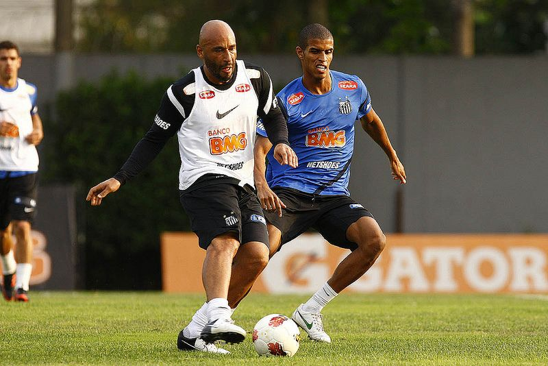 Edinho (de branco) trabalha atualmente como preparador de goleiros do Santos / Divulgação/Santos FC