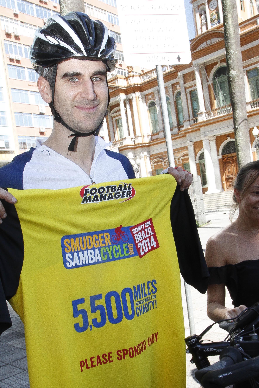 Ciclista britânico Andy Smith, percorrerá todas as cidades-sede da Copa do Mundo com sua bicicleta / Cristine Rochol/PMPA