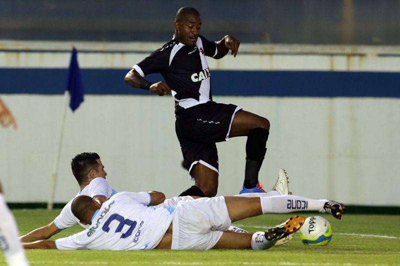 O Vasco, de Edmilson, ficou no empate com Macaé nesta quarta-feira / Rui Porto Filho/Fotoarena/Folhapress