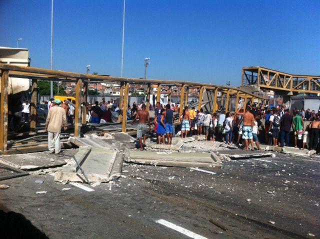 3d942911a8 Acidente com carreta derruba passarela na Linha Amarela, no Rio de Janeiro
