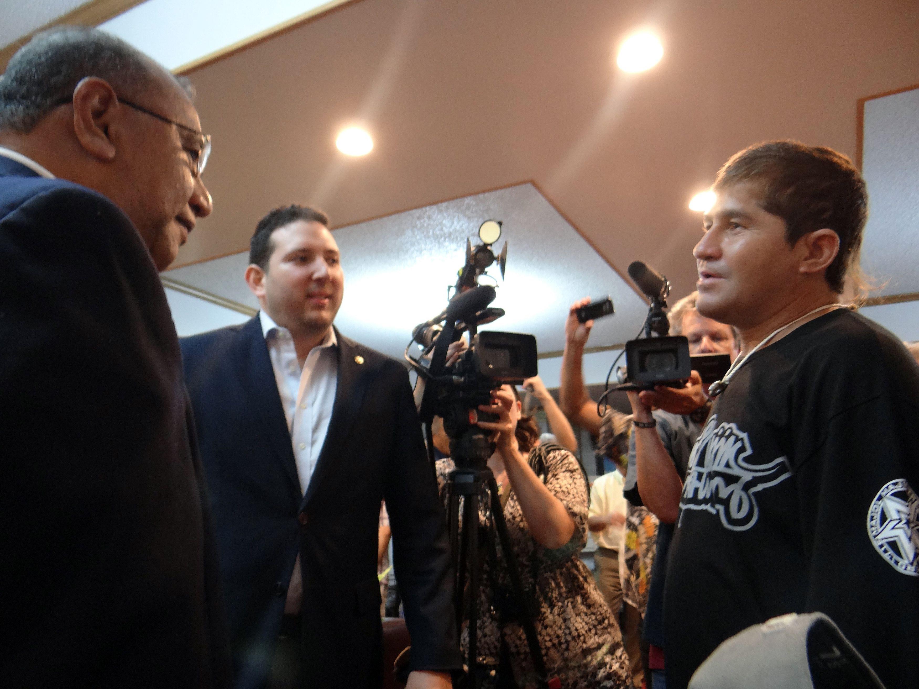 José Salvador Alvarenga conversa com o presidente das Ilhas Marshall, Christopher Loeak, antes de embarcar nesta segunda-feira, dia 10. / Hilary Hosia/AFP Photo