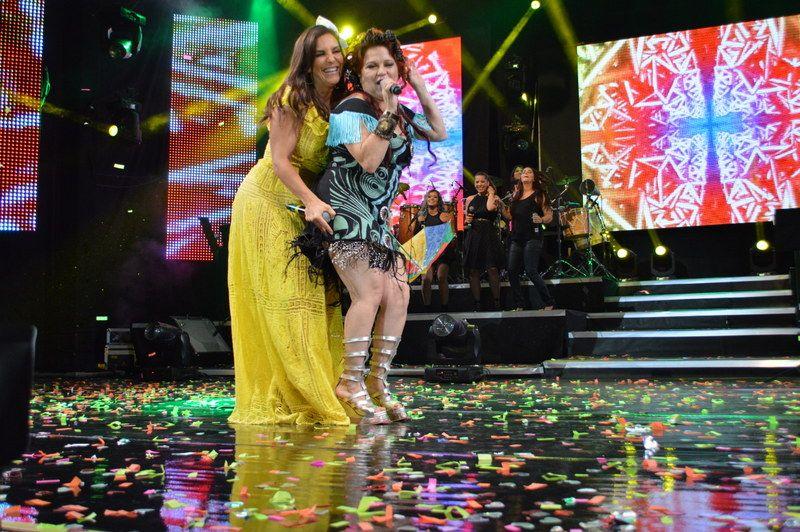 Cantora baiana dá uma encoxada na cantora pernambucana