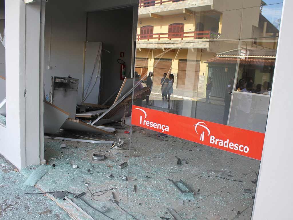 Bandidos tentavam roubar banco quando foram abordados / Henrique Costa/SigmaPress/Folhapress