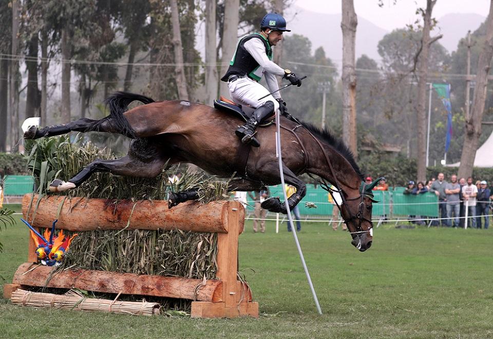 Cavalo cai sobre cavaleiro brasileiro no Pan