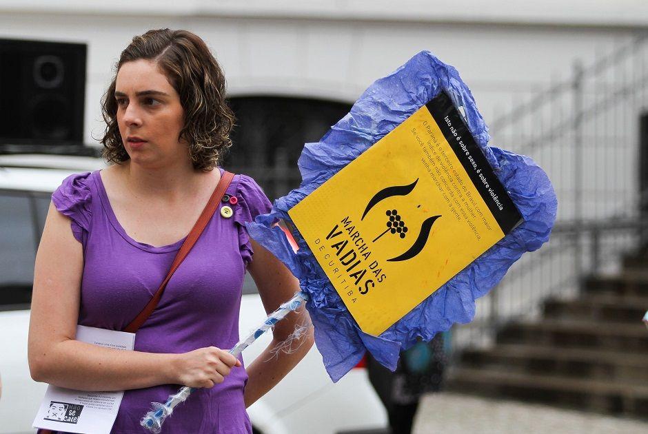 Em Curitiba, mulheres se reuniram na Praça Santos de Andrade / Vagner Rosário/Futura Press/Folhapress