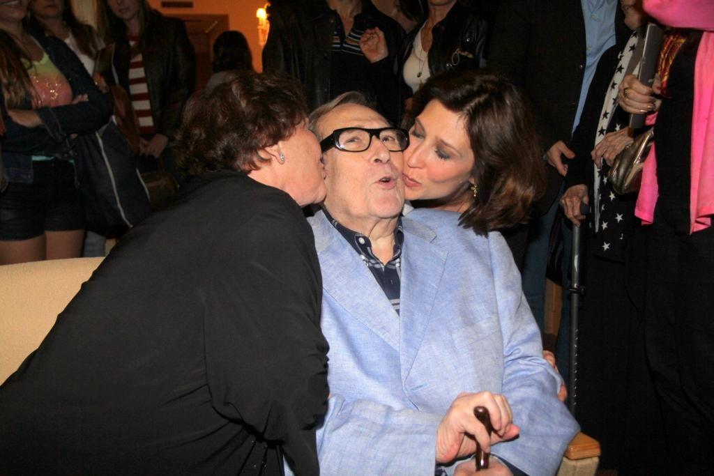 Paulo Goulart recebe carinho da mulher e da filha em evento / Daniel Delmiro/AgNews