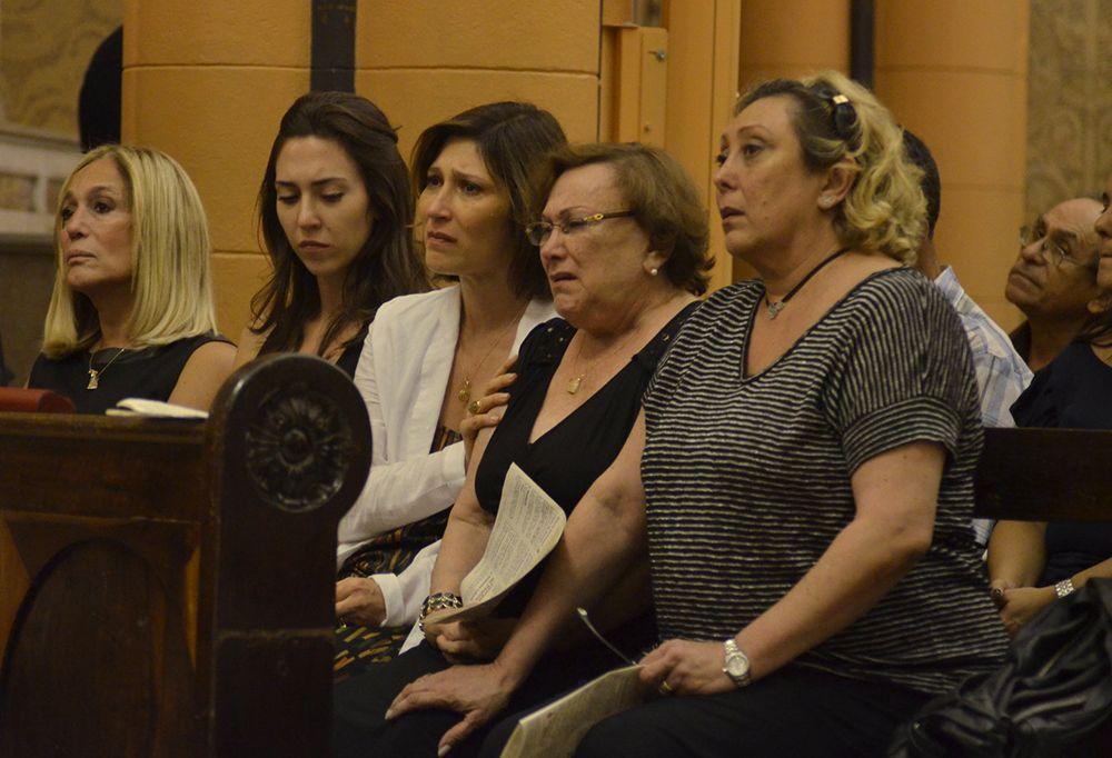 Nicette Bruno se emociona na missa de sétimo dia de Paulo Goulart / Léo Marinho e Henrique Oliveira/AgNews