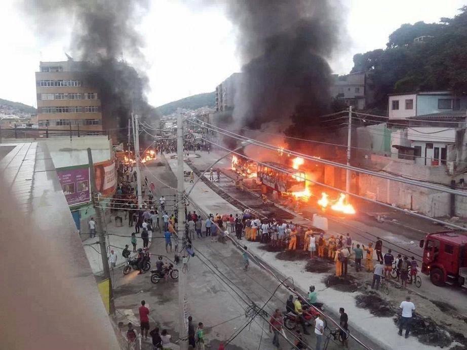 Ônibus incendiados durante protesto na Praça Seca / Vera Carvalhaes