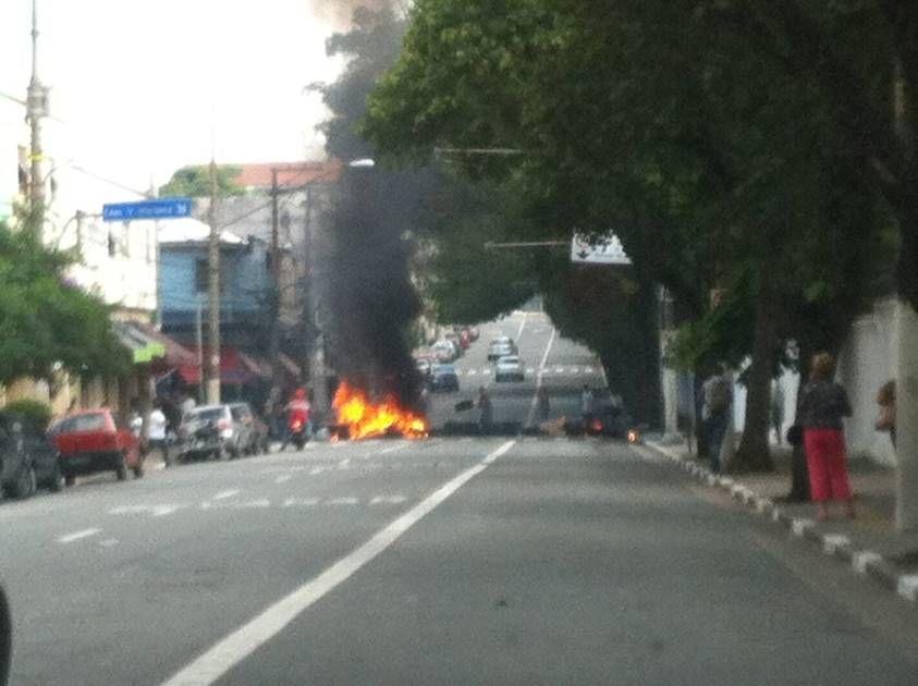 Manifestantes colocam fogo em pneus durante protesto / Clayton Pereira/Ouvinte da BandNews FM