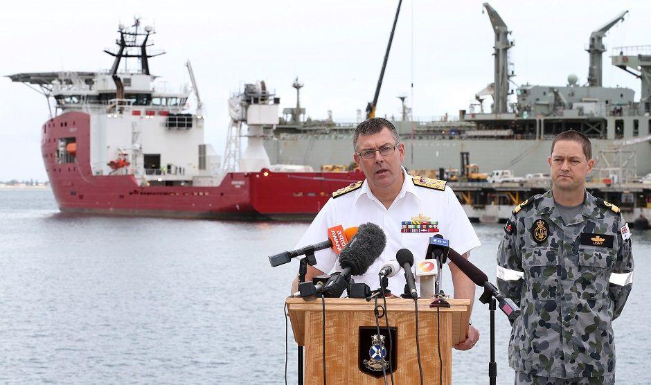 Autoridades falam sobre as buscas pelo avião desaparecido / AFP
