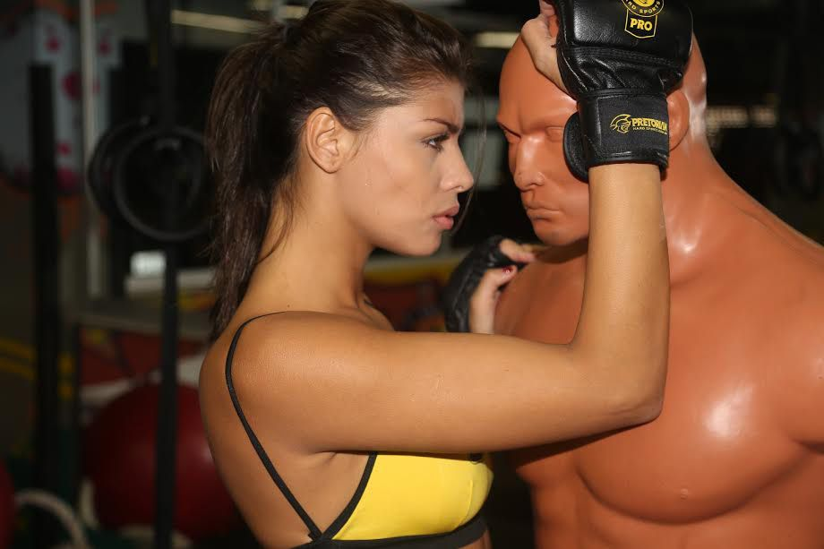 Ex-BBB Franciele sensualiza como lutadora