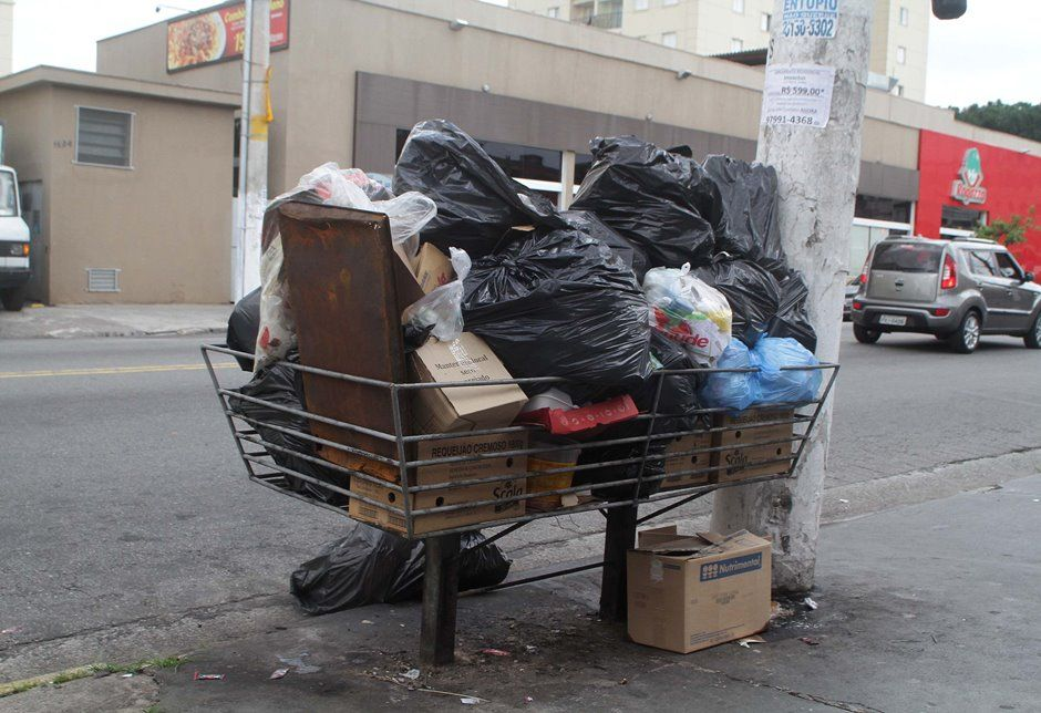 Lixo espalhado pela avenida Itamarati, em Santo André, após greve de garis / Alessandro Valle/ABCDigipress/Folhapress