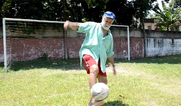 Afonsinho mostra domínio de bola