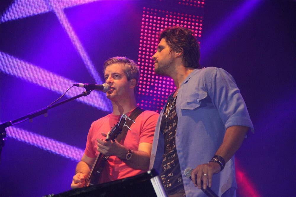 Victor e Leo durante apresentação da dupla / Divulgação/Facebook Oficial
