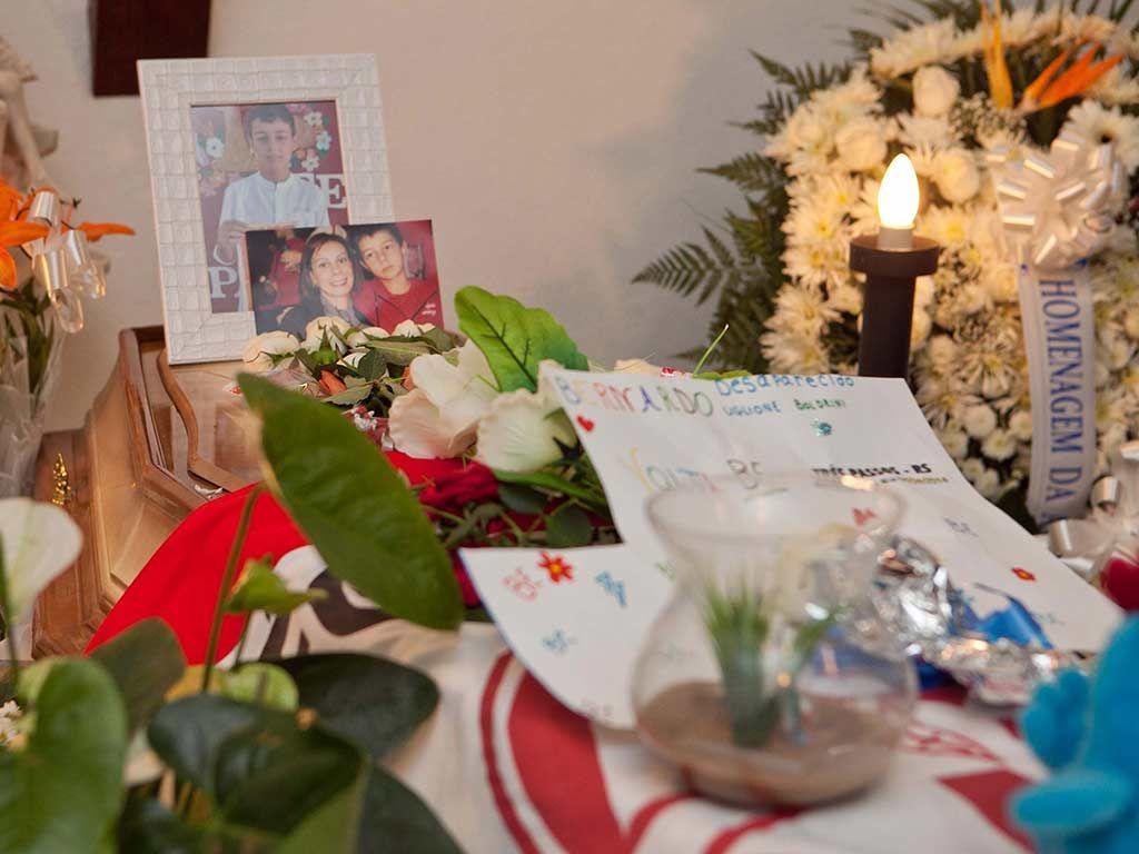 No velório, caixão recebeu fotos do filho com sua mãe / Jader Benvegnú/Futura Press/Folhapress