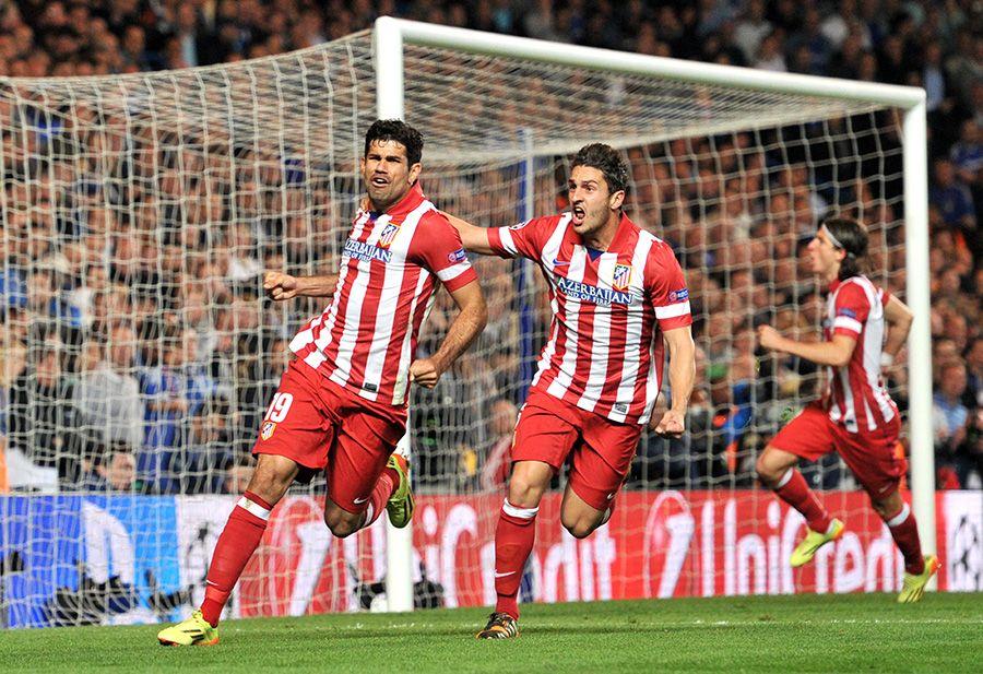 Diego Costa (E) comemora gol de pênalti na vitória sobre o Chelsea / Glyn Kirk/AFP