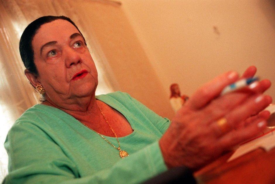 Mãe Dinah, em foto de 1996, enquanto ela fazia previsões para o ano seguinte / Luzia Ferreira/Folhapress