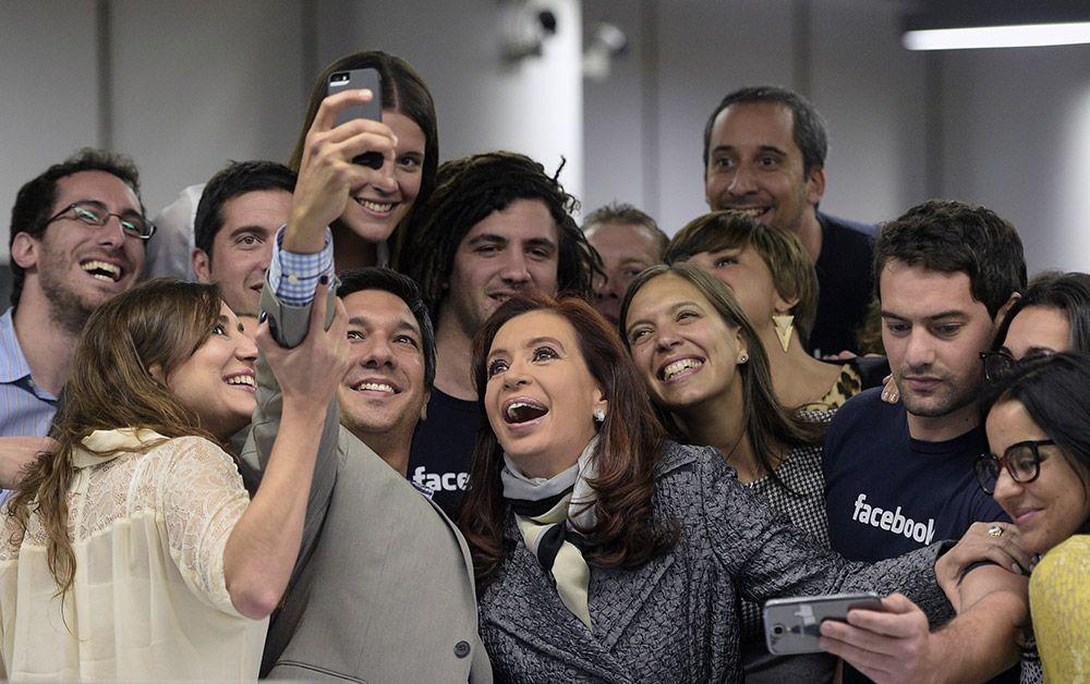 """Kirchner faz """"selfie"""" com equipe do Facebook - Notícias - Mundo - Band.com.br"""
