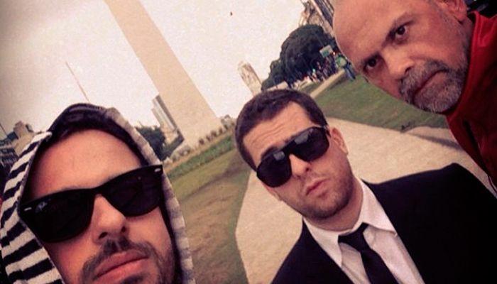 Mau Meirelles e os produtores em frente ao Obelisco de Buenos Aires / Divulgação/Instagram
