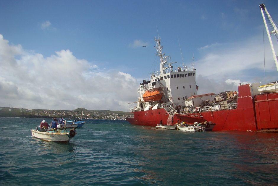 Navio ficou encalhou em Galápagos, no Equador / PARQUE NACIONAL GALAPAGOS / AFP