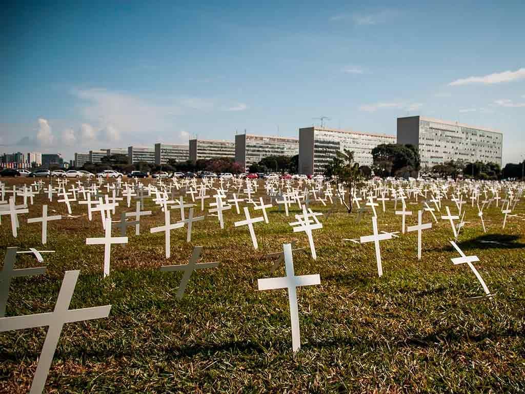 Cruzes foram espalhadas pelo gramado do Congresso / Luciano Freire/Futura Press/Folhapress