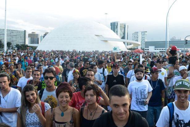 Marcha da Maconha aconteceu em Brasília (DF), nesta sexta-feira (23)