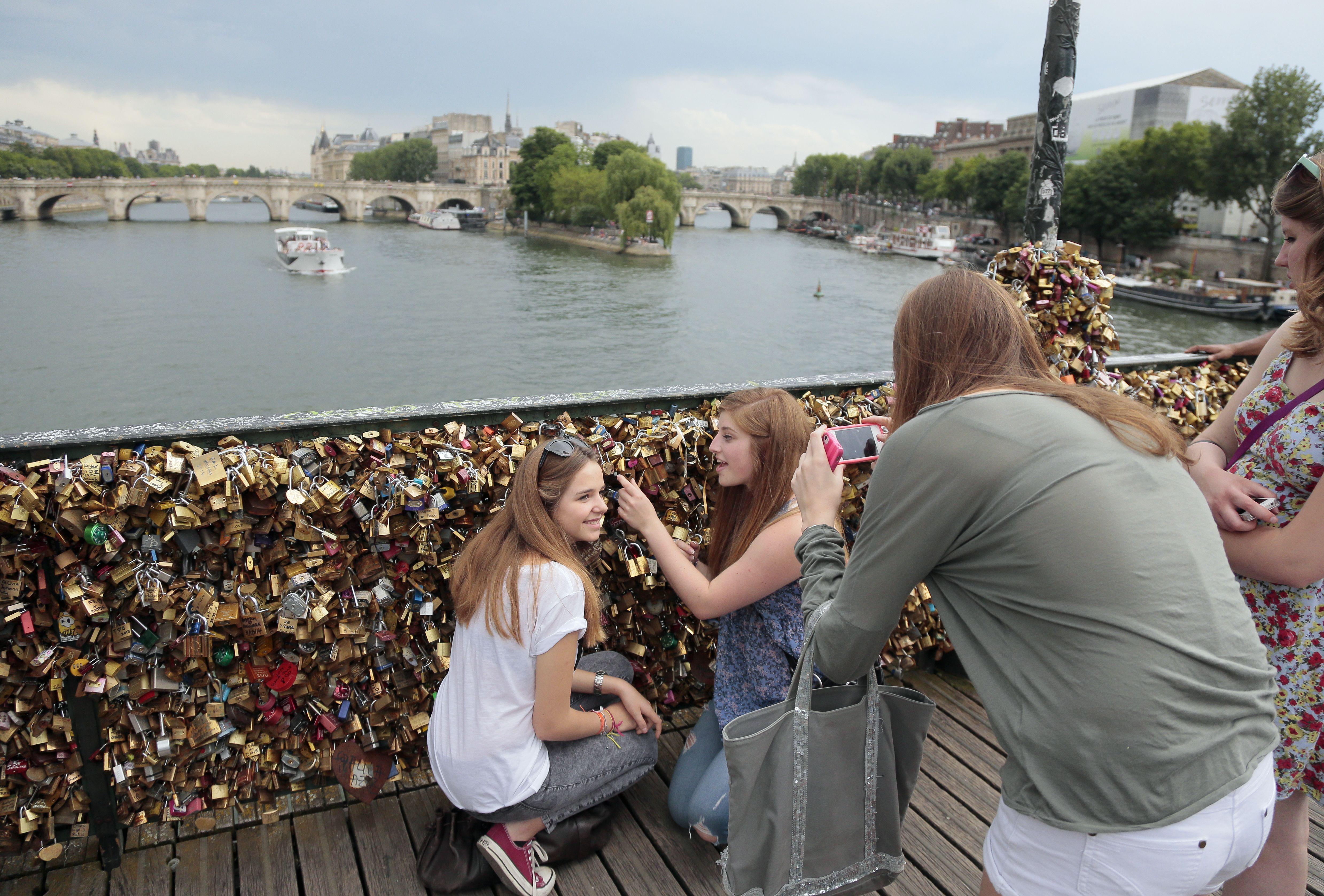 """Centenas de milhares de """"cadeados do amor"""" serão removidos / JACQUES DEMARTHON / AFP/ Arquivo"""