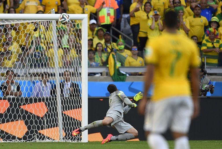Atacante chileno que meteu bola na trave do Brasil faz tatuagem  surpreendente  SAIBA QUAL 4dae0fcef57