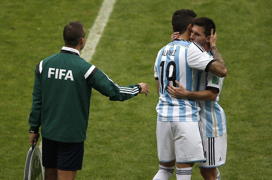 Medida pretende diminuir impacto físico nos jogadores / Adrian Dennis/AFP