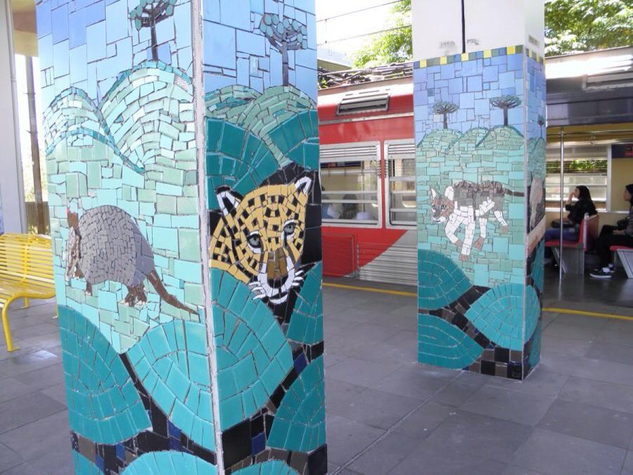 Dezenas de paineis nas colunas da estação representando a Fauna da mata Atlântica