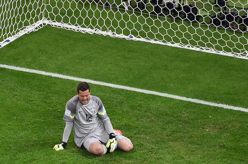 Júlio César fica desolado com a goleada sofrida /  François Xavier Marit/AFP