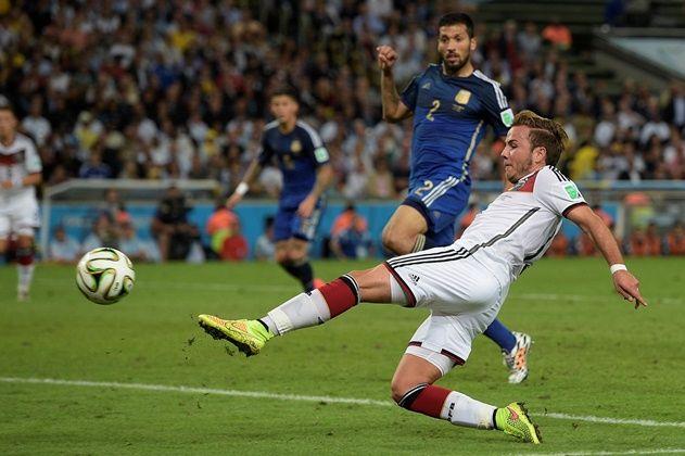 Götze domina no peito e finaliza para o gol, sem chance para o goleiro Romero! / Juan Mabromata/AFP