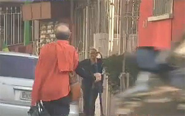 Farah caminha pelas ruas da cidade / Reprodução/Band