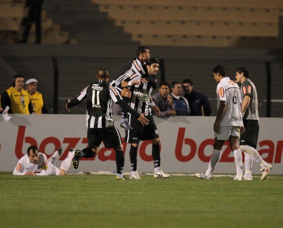 Loco Abreu comemora gol da vitória para desolação dos santistas