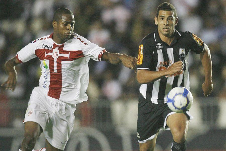 Dedé (E), do Vasco, disputa bola com Diego Souza: empate foi ruim para as duas equipes